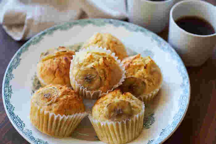 もうひとつヘルシーなバナナマフィンをご紹介します。お砂糖は控えめ、バター不使用。甘酒とバナナの甘さが活かしたレシピ。もしバナナが未だ熟れていない場合は、電子レンジで1分ほど加熱するとフォークで潰しやすくなりますよ。