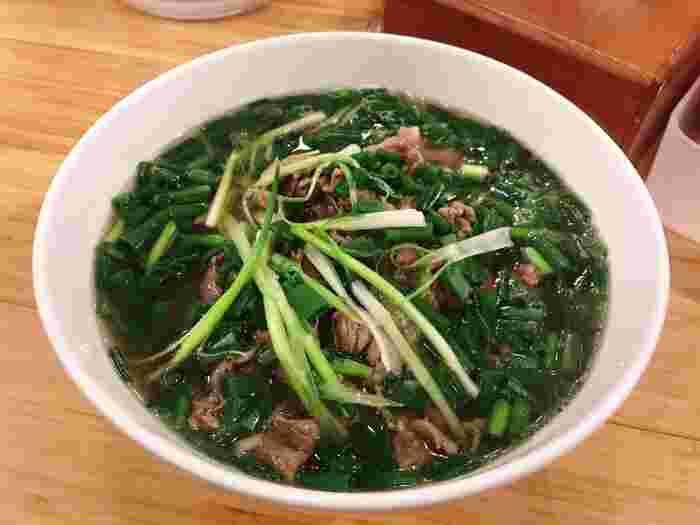 メニューは牛肉のフォー、1種類だけ。牛や豚骨をじっくり煮込んだあっさりスープに、つるりとやさしいのど越しの米麺、やわらかな牛肉の組み合わせは本場ハノイと同じ味。