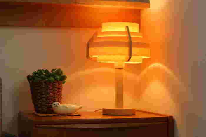 寝室に向いている照明の色は蛍光灯のような青白い光ではなく、赤みを帯びた白熱電球の色です。温かみがあって、リラックスする空間に最適なカラーです。
