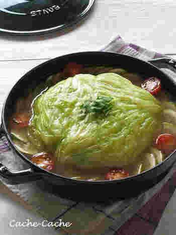 キャベツをどーんと丸ごと入れたような鍋はインパクト大!キャベツをくり抜いて、中に肉ダネを詰めています。じっくり煮込んだキャベツはとろとろで、食べ応えもばっちりです◎