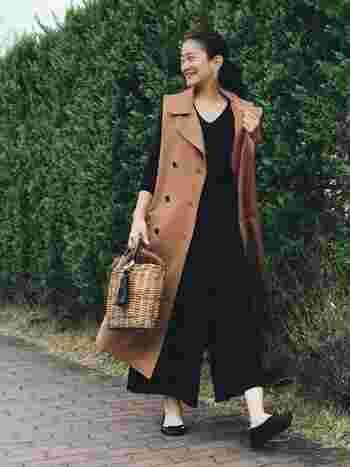ふんわりガウチョに、ロング丈のコートを合わせた、おしゃれ上級者コーデです!ブラックとブラウンの2色使いで大人らしさを表現していますね。
