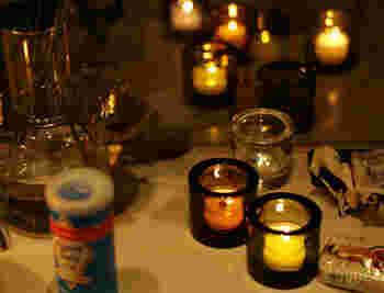 iittalaのクリアガラスでできたキャンドルホルダー「Kivi」 。 キャンドルを入れて火を灯せば、寒い冬の夜もほっこりあたたかくなります。小さな火のゆらめきは心を落ち着かせてくれますよ。  火を付けないで置いておくだけでも絵になるので、コレクションする人も多いのだとか。