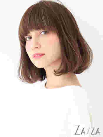 「いつもとは一味違う個性的なスタイルを楽しみたい」という方には、前髪を幅広くカットしたワイドバングがおすすめです。やわらかいワンカールパーマと合わせることで、おしゃれな雰囲気を演出できますよ◎。