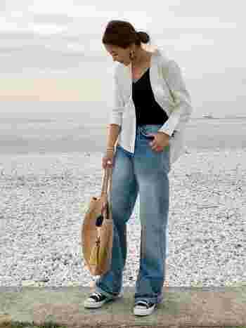 白シャツ×デニムの定番スタイルも、淡色デニムをチョイスすることで夏らしくアップデート。長袖シャツは、ジャケット感覚でさらりと羽織るとこなれた印象に。