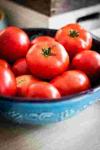 夏の日差しを浴びて育った『トマト』には、栄養がたっぷりと詰まっています。生で食べたり、煮込み料理にしたり、炒めものにしても美味しい食卓の味方!トマトの赤色の成分「リコピン」は、熱に強く油に溶ける性質があるので、油を使った調理法にすると、より効率よく栄養を摂取することができますよ。