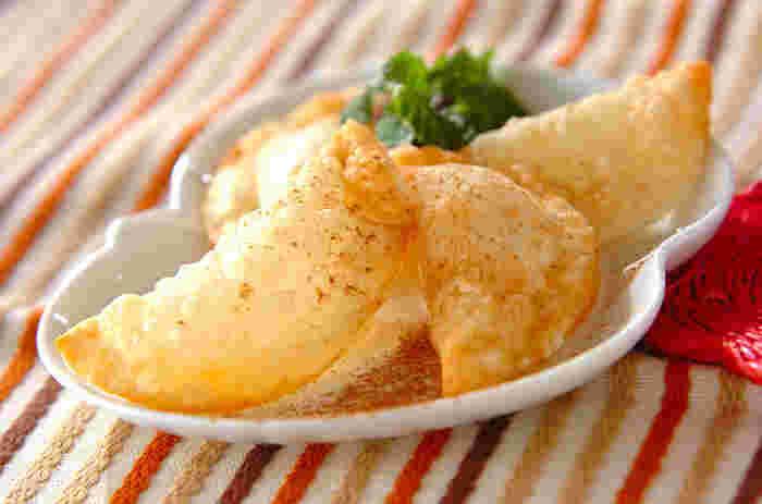 こちらはアップルパイ風のデザート餃子レシピ。市販のりんごジャムを使えば少ない材料で出来上がり、とても簡単です。