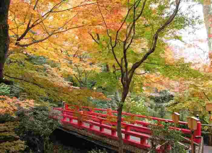 江戸川橋駅1a出口より徒歩約10分の距離にある「ホテル椿山荘 東京」。約2万坪の日本庭園には、いくつもの史跡や文化財が点在し、散策をしているだけでも観光気分を味わえます。