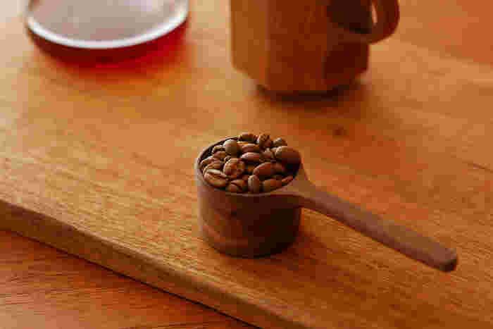 ウォルナットの木を丁寧に削り出し作られた工房「Crate(クレイト)」のコーヒーメジャー。繋ぎ目がない美しい形は、使い続けるうちに珈琲豆の油分が染み込んでいき、より一層深さと味わいを増していきます。