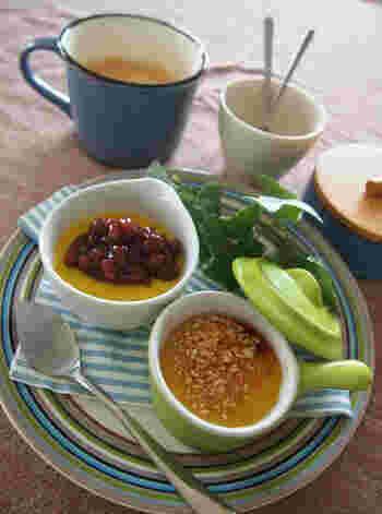 魚焼きグリルの受け皿にお湯をはって蒸しあげると・・濃厚で美味しいカボチャプリンが作れますよ。  蓋もアルミホイルをつかうので、難しこと抜きで、料理初心者さんも美味しいプリンを作れます。