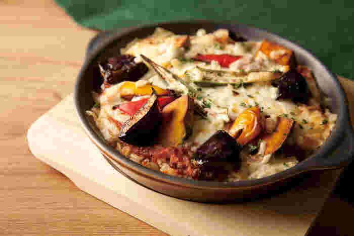 大きめにカットした野菜がトッピングされたミートドリアは、素材の味が活きていておいしいと評判。これから秋冬になると食べたくなるメニューですね。