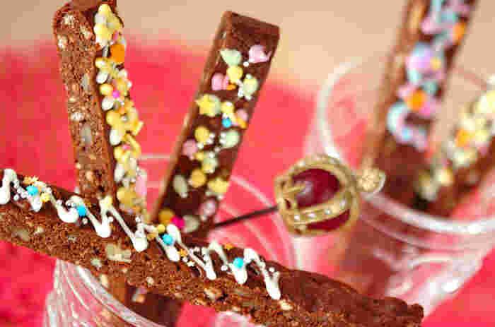 市販のクッキーを使い、ザクザクとした食感に仕上げます。チョコペン、アラザン、スプレーチョコなどでキュートにデコレーションを楽しんで。