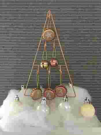 全長22センチと小さめながら、フックに飾り付けるオーナメントを工夫したり、周囲にちょっとしたクリスマスオーナメントを配置するだけで、賑やかにもシックにも演出できます。