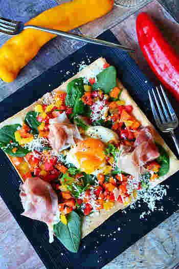 春巻きの皮を使ったピザのようなガレットのようなサラダ!見た目はとってもゴージャスですが、春巻きの皮を重ねて、好きな具材を合わせて卵を合わせたおもてなしに喜ばれるサラダです。