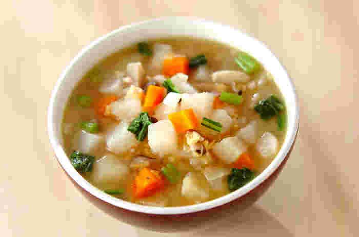 豆類といえばスープに入れても美味しい食材。冷蔵庫整理に、カブやおうちにある野菜、冷凍したしめじやベーコンなどを使った具沢山のスープはいかがでしょうか。きのこやベーコンの旨味も染み出した、ボリュームたっぷりの美味しいひと皿になりますよ。