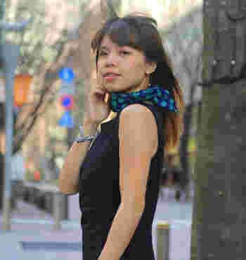 55cmは小判のスカーフ感覚。シンプルな黒のワンピースも、ぐっと華やかでモダンな印象になります。