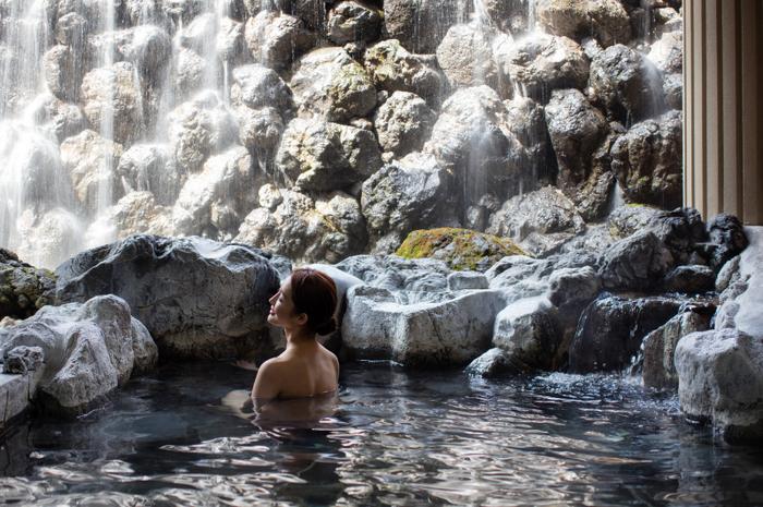 一つは美肌の湯とされ、露天風呂で楽しめる「小瀬温泉」。古くなった角質や毛穴の汚れを落とす効果があるとされています。もう一つは「熱の湯」とも呼ばれる「塩沢温泉」。保温効果が高く、体の芯から温めてくれるお湯です。 (ただし塩沢温泉に入浴できるのは宿泊棟のうちノースウイングに宿泊する場合に限られます。)