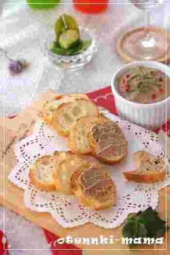生クリーム入りの滑らかなレバーパテ。レバーの食感が苦手な方も、これなら美味しく食べられるかも。パンやクラッカーに載せて、おしゃれな軽食&おつまみに!