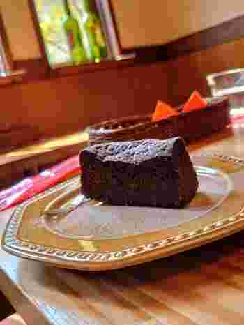 「濃厚ガトーショコラ」もテイクアウトできます。甘さ控えめのクーベルチュールチョコレートに甜菜糖で甘みを加えていて、ねっとりとした食感とほろ苦さが特徴。食後にコーヒーと一緒にいただくのがおすすめです。