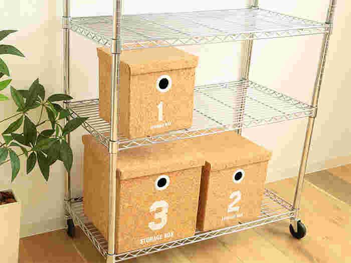 コルクの風合いがあたたかみを感じさせるストレージボックスは、使わない時にはコンパクトに折りたたんで片付けておける省スペース仕様。内側はコットン張りで物の出し入れもスムーズです。埃が入らない蓋付きで中身もしっかり隠せるので、急な来客の時など、散らかった雑貨類をサッと収納できるお助けアイテムにもなります。