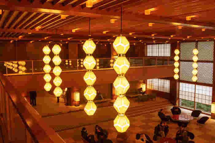現在ホテルオークラも再開発中。2020年の東京オリンピックに向けて本館の建替え工事が進められており、2019年にリニューアルオープンが予定されています。海外著名人からも愛されている由緒正しきホテルのため、この立替工事には周囲から反対の声も沸き起こり話題になりました。新しい本館は、このオークラを象徴する照明、『オークラランターン』や満開の花をイメージしてデザインされた『梅のテーブルと椅子』、六大陸各都市の時を刻む『世界時計』などは、そのままの形で再利用するそうです。