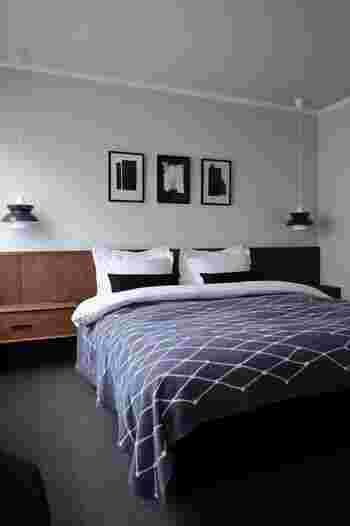 アートを飾る、家具を配置するなどモノを置く時には、シンメトリー配置を意識してみてください。シンメトリーとは左右対称のことで、空間に「安定感」をもたらします。高級ホテルなどでよく見られる配置は、ぜひ試してみたいアイデア。