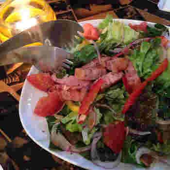 「炙りベーコンのイタリアンサラダ」は、ベーコンが分厚くてジューシー!量も多めだからたっぷり頂けます。