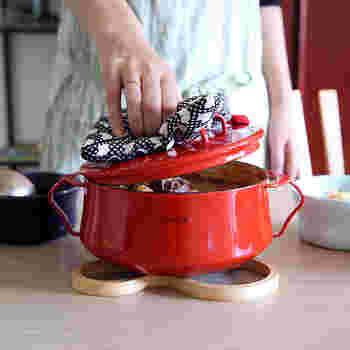 デンマーク風という意味を持つブランド「dansk(ダンスク)」の両手ホーロー鍋は、キッチンに映える鮮やかなカラーが魅力的なアイテム。