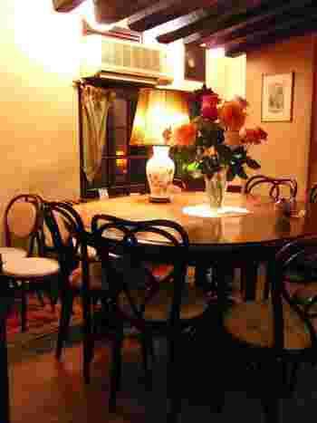 バラが飾られたエレガントな雰囲気の店内。フランスの田舎に建つ一軒家がイメージされています。同じくバラが描かれた電気スタンドは特注品だそう。