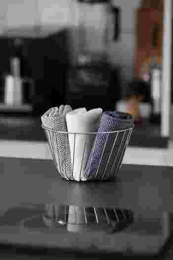 フルーツバスケットにお手拭きをいれれば、キッチンに置きっぱなしでもディスプレイのよう◎ 来客時にはそのまま出してもこなれておしゃれに見えます。使う頻度の高いふきんを入れてもいいですね。シンプル好きな方におすすめです。