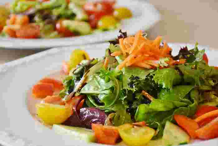 中央を高くして立体的に盛りつけるのは、サラダの盛り付けの基本中の基本。どんなサラダでも、まずはこのスタイルで盛りつけてみると、決まりやすくなります。