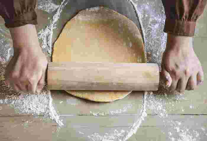 パイ料理を作りたい!と思っても、生地を一から作るとなるとけっこう大変ですよね。そんなとき、市販の冷凍パイシートがあると便利です。使いたい分だけサッと解凍して手軽にパイ料理が作れるので、冷凍庫に入れておくと何かと重宝します。 豪華に見えてパパッと手軽に作れる、冷凍パイシートを使って作れるパイレシピをご紹介します。