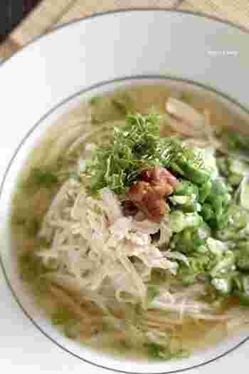 茹で鶏のスープをたっぷり使ったレシピ。梅干しの酸味が味の決め手です。