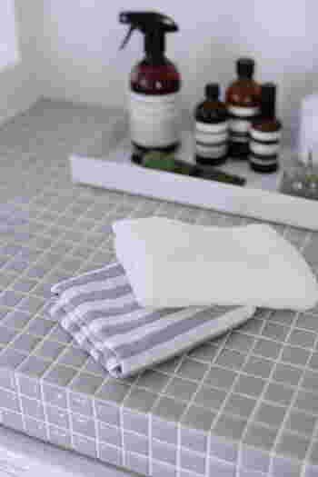 まずタオルの上から指の腹で頭皮をマッサージするように水気を拭き取ります。 次に、髪の毛はタオルでこすり合わせないで、タオルで挟んで押さえるようにして水気を吸い取ります。