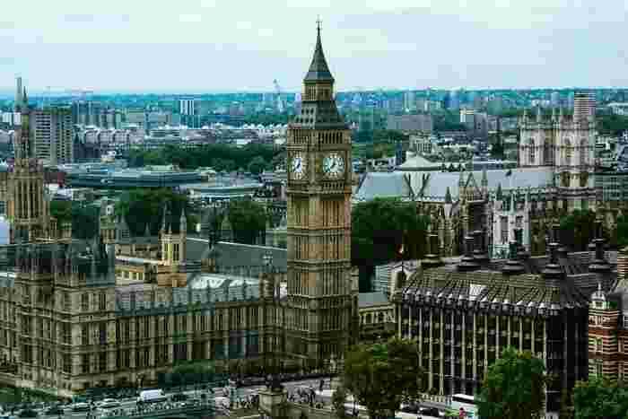 時計台がトレードマークのウエストミンスター宮殿は、ロンドンを象徴する建築物です。ウエストミンスター寺院、聖マーガレット教会と共に世界遺産に登録されています。また、イギリスの国会議事堂であり、現在でも様々な審議がなされています。