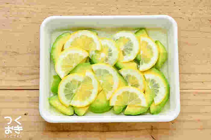 見た目もきれいで爽やかなアボカド&レモンの組み合わせ。このまま食べても美味しいですし、チーズなどと一緒にオープンサンドにして頂いてもとっても美味しそう!