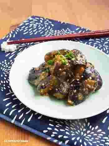 ピリっとスパイシーな花椒(中国山椒)を使った茄子の花椒味噌炒め。とろける食感の茄子と甘辛い味噌は、ご飯との相性もバツグン。花椒を使うことで味も落ちにくくなる為、作り置きにもおすすめです。