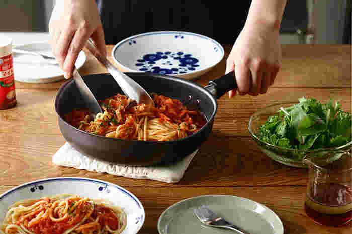 両面に細かな凹凸の「ダブルファイバーライン」が施してあるので、油馴染みがよく、食材がくっつきにくいので、素材の味をいかした料理を手早く作ることができます。