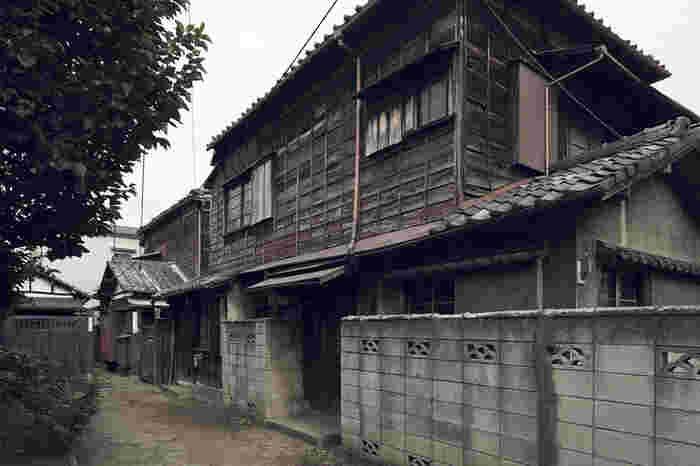 こちらは再生前の三軒家の様子。長い歴史を感じさせる出で立ちです。