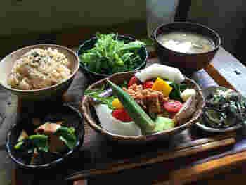 野菜たっぷりの和食は体が喜びそう。ご飯のあとは、ぜひカフェの利用も♪