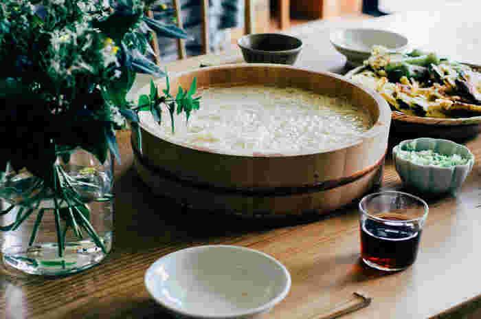 夏真っ盛りには、こんな風に寿司桶に水を張って見た目にも涼しげに演出してみましょう。こんな風にサーブすると手軽にそうめんパーティーができますね。