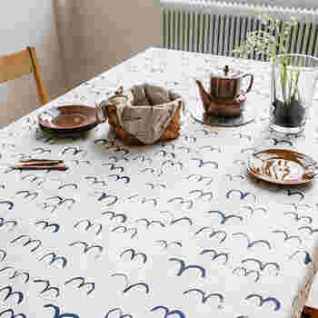 あまり普段から使っている人は少ないかもしれませんが、テーブルクロスは雰囲気作りに大きく一役買います。「一人お茶会」で素敵な雰囲気を演出するのであれば、気に入ったテーブルクロスを探して、テーブルに敷いてみましょう。「一人お茶会」へのスイッチが切り替わります。