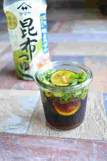 こちらは市販の昆布つゆを使った、柚子胡椒とすだちのさわやかな風味豊かなアレンジレシピ。ぴりりと効いた辛味もクセになること間違いなし!