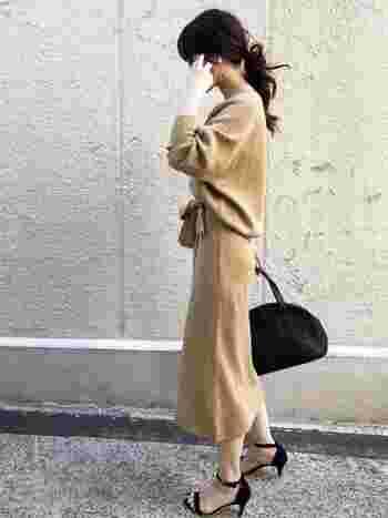 トップスとスカートのカラーを合わせてきちんと感を演出。ヌーディなカラーで女性らしく見えますよ。