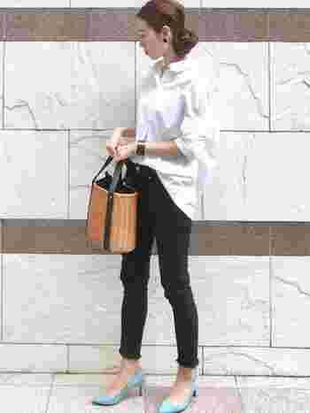 白シャツに黒のスキニーパンツを合わせたシンプルコーデ。大ぶりピアスにバングル、水色のパンプスにかごバッグと、おしゃれな小物を合わせて、より華やかに、気分も上がります♪