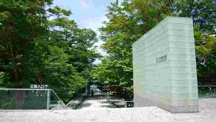 印象派の作品を数多く蔵する美術館として有名な「ポーラ美術館」。環境に適した素晴らしい建築でも良く知られています。訪れれば、展示作品ともどもに、その壮観な建築空間に目を見張るはずです。【6月上旬撮影】