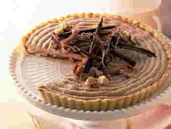 タルト生地にチョコレートムースを綺麗に絞れば、本格的なタルトケーキの完成です。チョコレートやナッツを上に散りばめれば、おもてなしの席には勿論、お洒落な手土産にもなりそうです。