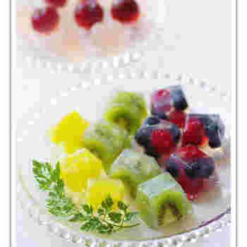 製氷皿を使ったひと口ゼリーは、お好みのフルーツと清涼飲料水で手軽に作れます。清涼飲料水の甘さがあるので砂糖は使いません。透明感が涼し気で、まるで宝石のようなデザートです。