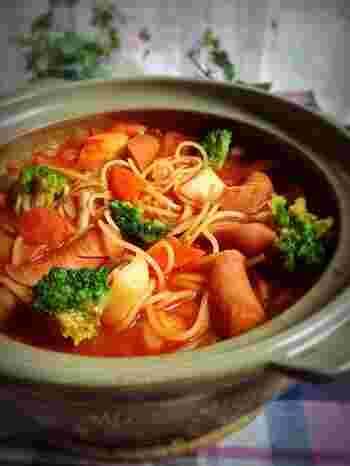 水に2時間漬け込んだ「水漬けパスタ」を使用したスープスパ。水漬けパスタを使用することで時短にもなり、生パスタのようなモチモチとした食感が楽しめます。みんなでワイワイ、土鍋を囲んで食べるパスタも良いですね。
