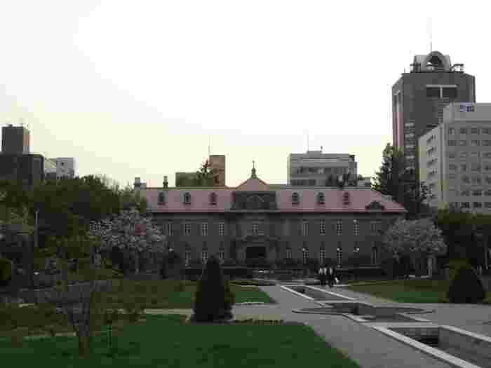 大通公園の西端に位置する「札幌市資料館」は、大正15年に札幌控訴院として建てられた建物。札幌で産出される「札幌軟石」を使用した建物として全国的にも貴重なものです。内部には法廷を復元した空間やギャラリー、資料室があるほか、前庭部分はバラ園として整備され、初夏から夏にかけてたくさんのバラが咲き誇ります。