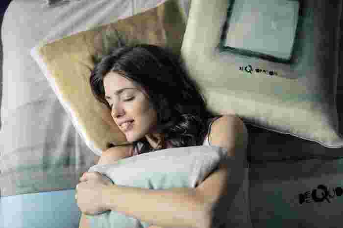 枕が低い場合、顔の位置が心臓よりも下にくることで、重力の影響から水分や血液が溜まりやすくなると言われています。また逆に枕が高いと、顎が引けて首が不自然に下を向く状態に。それが首や肩の負担となり、凝りや血行不良に影響してきます。